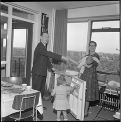 6907 Mevrouw won bij Albert Heijn een koelkast.