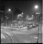 6915 Kruispunt Blaak met links de afslag naar de Boompjes-Maasboulevard-Willemsbrug en op de achtergrond het kantoor ...