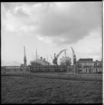 6920-3 Overzicht vanuit de wijk Heijplaat met woningen en de passagiersschepen ss Rotterdam en ss Nieuw-Amsterdam in ...