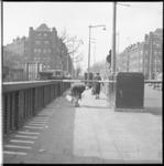 7005-1 Vrouw negeert de slagboom van de Mathenesserbrug, op de achtergrond de Mathenesserweg.