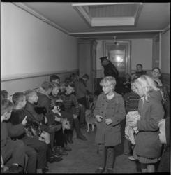 7119 Kinderen in de rij voor keuring van hun huisdieren.