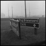 7319 Nog niet definitief geplaatste ANWB-borden, in afwachting van de opening van de Van Brienenoordbrug.