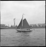 7403 Historisch zeilschip, type schokker, op de Nieuwe Waterweg voor Schiedam, ter hoogte van café-restaurant ...