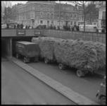 7714 Te hoog beladen vrachtwagen met hooi rijdt zich vast in tunneltje op de 's Gravendijkwal onder de Mathenesserlaan.