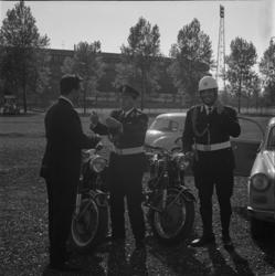 8002 Vaardigheidstest autorijden door Italiaanse politieagenten op koolasterrein naast Feijenoord-stadion.