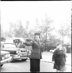 8027 Vrouwelijke agent regelt het verkeer.