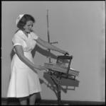 8155 Verpleegkundige toont een kunstnier.