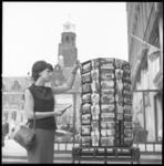8174 Ansichtkaartenmolen bij winkel op het Stadhuisplein.