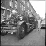 8489 Afscheid van brandweerman Martin Manse die 40 jaar lang bij de vrijwillige brandweer diende. De brandweerwagen is ...