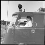 8499 Chauffeur in brandweerauto.