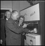 8560 Automaat voor verpakte melk bij wegrestaurant Van Keken wordt officieel in gebruik genomen.