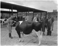 872-2 Zuidhollandse Fokveedag, gehouden op de Veemarkt. In het midden de commissaris van de Koningin mr. J. Klaasesz en ...