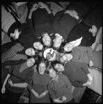 8723 Vrouwelijke studenten van de jaarclub van Mabel Groeneveld, onderdeel van de Rotterdamsche Vrouwelijke Studenten ...