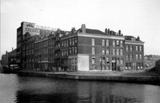 1976-2608 Gezicht op de Linker Rottekade, ter hoogte van de hoek van de Goudsestraat.