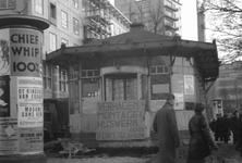 1992-3776 Tramhuisje van de R.E.T., tevens V.V.V.- gebouw aan de Coolsingel.Op de achtergrond links kledingwarenhuis C ...