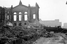 2003-1454 Gezicht op de door het Duitse bombardement van 14 mei 1940 getroffen Aert van Nesstraat met de restanten van ...
