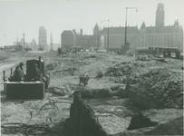 IX-1343-03-01 Hofplein tijdens afgraafwerkzaamheden.Op de achtergrond het stadhuis en het hoofdbureau van politie ...