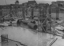 XIV-444-09-01-3 De bouw van warenhuis Vroom & Dreesmann (V&D) aan de Hoogstraat.Op de achtergrond links Station Blaak ...