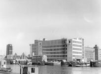 XV-267-00-00-04-01 Op de voorgrond de Leuvehaven, verderop het bedrijfspand van de Imperial Chemical Industries aan de ...