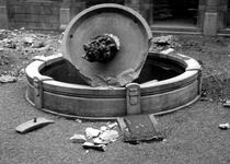 XXXIII-569-39-5 Puinresten na het bombardement van 14 mei 1940. De Coolsingel met het fontein op de binnenplaats van ...
