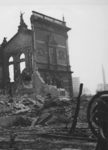 XXXIII-569-39-7 Gezicht op de door het Duitse bombardement van 14 mei 1940 getroffen schouwburg in de Aert van ...