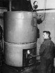 1977-3102 De ketels van de centrale gaarkeuken worden - wegens gebrek aan kolen - met koolteer gestookt.