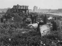 1977-3688 Op de Westzeedijk wordt een Duitse post voor afweergeschut gesloopt door mensen die op zoek zijn naar ...