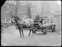 2007-2565-18 Een paard en sleperswagen met vaten azijn op de wagenplaats van de firma Tromp en Rueb, Azijnmakerij 'De ...