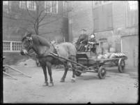 2007-2565-19 Een paard en sleperswagen met vaten azijn op de wagenplaats van de firma Tromp en Rueb, Azijnmakerij 'De ...