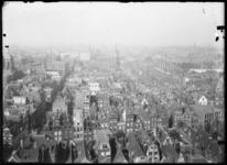 2007-2545-02 Panorama van Rotterdam, gezien vanaf de Laurenstoren. Op de voorgrond de huizen van de Zandstraatbuurt. ...