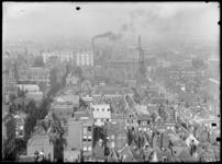 Panorama van Rotterdam, gezien vanaf de Laurenstoren. Op de voorgrond de huizen van de Zandstraatbuurt. Met links de ...
