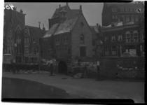 1026-01 IJs op de Aelbrechtskolk. Zicht op de Voorstraat met in het midden een pand van 'Bluseenheid 50'. Links daarvan ...