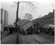 285-01 Verkeersongeluk met een aanhanger van een vrachtwagen en de tram naar Hellevoetsluis. Links op de achtergrond ...