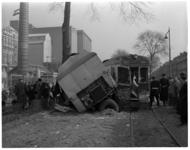 285-02 Verkeersongeluk met een aanhanger van een vrachtwagen en de tram naar Hellevoetsluis. Links op de achtergrond ...