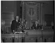 311-05 Burgemeester Gerard van Walsum wordt toegesproken in de raadszaal.