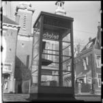 472 Telefooncel aan de Nieuwe Binnenweg met op de achtergrond de oud-katholieke Paradijskerk.