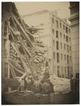 RI-1655-1 Het pakhuis aan de Pelikaanstraat dat op 20 september 1867 instortte. Op de voorgrond staan enkele ...