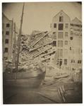 RI-1656-1 Het ingestorte pakhuis aan de Pelikaanstraat, gezien van de achterzijde aan de Zalmhaven. Het pakhuis stortte ...
