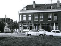 1968-1831 De Dirk Smitsstraat, met aan de linkerzijde de Meermanstraat en de huisnummers 31 t/m 33.