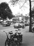 1969-1442 West-Kruiskade bij het Tiendplein gezien vanuit westelijke richting. Op de achtergrond de uitbreiding van het ...