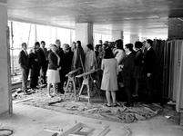 1969-2217-TM-2222 Bezichtiging van het in aanbouw zijnde nieuwe archiefgebouw door het personeel, met uitleg van ...