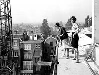 1969-2223-TM-2227 Bezichtiging van het in aanbouw zijnde nieuwe archiefgebouw door het personeel, met uitleg van ...