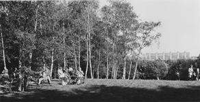 1969-2307 Aantal mensen aan de thee in het Kralingsebos, bij theehuis ,,De Nachtegaal . Achtergrond de flats in Prins ...