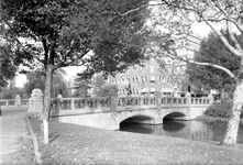 1969-2586 Heemraadssingel met de Heemraadsbrug. Op de achtergrond rechts het gebouw OGEM (voormalig sanatorium) aan de ...