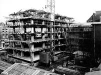 1969-273 Derde depot van het Gemeentearchief in aanbouw, vanuit huis aan de Heemraasssingel gezien. Op de achtergrond ...