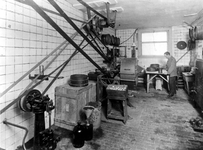 1970-1166,-1167 Het Galenisch laboratorium van de Gemeenteapotheek Rotterdam aan het Achterklooster.- 1166: ...
