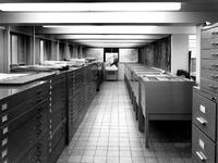 1970-1484 Interieur van het Gemeentearchief aan de Mathenesserlaan. De prentenopberging in het tweede depot.