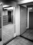 1970-1487 Interieur van het tweede depot Gemeentearchief aan de Mathenesserlaan. Deur op achergrond vormt de verbinding ...