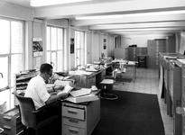 1970-1488-EN-1489 Interieurs van het Gemeentearchief aan de Mathenesserlaan. Piet Ratsma in het kantoor van de ...