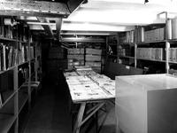 1970-1491-EN-1492 Interieur van het Gemeentearchief aan de Mathenesserlaan. Krantentafel in de kelderruimte van het ...
